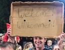 """Người Đức giăng biển """"Welcome"""" chào đón người nhập cư"""