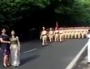 Hai phụ nữ liên tục chạy ra trước đoàn diễu binh để... chụp ảnh