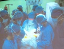 Hồi hộp xem bác sĩ rút dao khỏi hộp sọ bé sơ sinh bị kẻ lạ đâm xuyên đầu