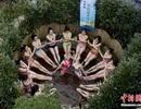 Dàn mỹ nhân tập yoga giữa suối nước nóng