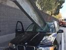 Thanh sắt xuyên thủng ô tô, lái xe suýt chết