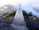 """Du khách hồn nhiên """"lưu danh"""" trên cột mốc đỉnh núi Phan Si Păng"""