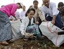 Bà Suu Kyi ra đường nhặt rác