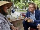 Tân Đại sứ Thụy Điển thích thú trà đá vỉa hè giữa trời thu Hà Nội