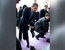 Ông Obama đi chân đất thăm chùa cổ