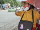 Người phụ nữ không tay không chân bán vé số trên đường phố Biên Hòa