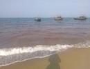 Dải nước màu đỏ xuất hiện trên biển Quảng Bình
