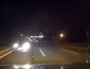 Ô tô chạy ngược chiều vun vút trên cầu Nhật Tân