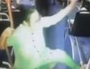 TQ: Quý bà trung niên ngang nhiên múa cột trên xe buýt