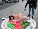 """Cô gái khỏa thân nằm trên """"đĩa"""" khổng lồ giữa phố đông"""