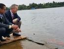 Đại sứ Mỹ thả cá chép trên sông Hương tiễn ông Táo về trời