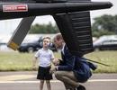 """Hoàng tử bé nước Anh ngồi buồng lái máy bay """"Mũi tên Đỏ"""""""