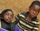 Cô gái đi lại bằng chậu nhựa gây xôn xao dư luận ở Nigeria