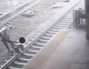 Cảnh sát cứu người ngay trước mũi tàu hỏa