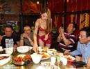Nóng mắt với tiếp viên mặc bikini bóc tôm cho khách