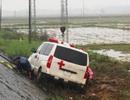 Xe cấp cứu lao xuống ruộng, tài xế bị thương