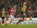 Hòa Stoke, Arsenal đòi lại ngôi đầu bảng