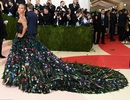 """Mỹ nhân """"Avatar"""" kiêu sa như công chúa, khóa môi chồng trên thảm đỏ"""