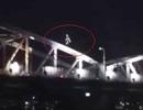 Thót tim nhìn nam thanh niên chạy trên vòm cầu Trường Tiền cao chót vót