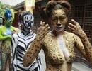 Thiếu nữ mặc nội y hóa thân động vật trong sở thú