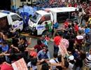 Xe cảnh sát Philippines lao vào người biểu tình
