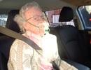 Cảnh sát đập vỡ cửa kính ô tô để giải cứu... ma nơ canh