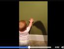 """Dễ thương clip em bé sợ cái bóng in trên tường """"cắn"""""""