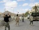Binh sỹ Syria chơi bóng trên đường phố Palmyra sau giải phóng