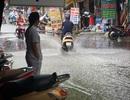 Hình ảnh người dân khổ vì nước thải ngập cổng bệnh viện Phụ sản Hà Nội