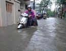 """Hà Nội ngập úng nhiều nơi, người dân """"chao đảo"""" trong nước"""