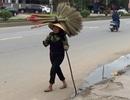 Người phụ nữ bán chổi mù lòa hạnh phúc khi nhận được nhiều sẻ chia