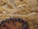 Du khách Trung Quốc mạo hiểm lao ra giữa sông chụp hình nước lũ