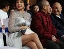 Ngoài 60 tuổi, Lưu Hiểu Khánh vẫn hút mắt với váy xẻ cao khoe chân thon