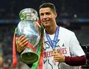 """Báo thân Barca bóc mẽ C.Ronaldo """"làm màu"""" với cúp vô địch Euro 2016"""