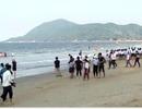 """Du khách đổ về biển Thiên Cầm """"giải nóng"""", thưởng thức hải sản"""