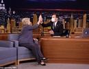 MC truyền hình hài hước đeo khẩu trang y tế khi phỏng vấn bà Clinton