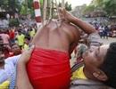 Rợn người xem các tín đồ Hindu xuyên móc sắt qua người trong lễ hội