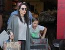 Bắt gặp Angelina Jolie đi siêu thị cùng con