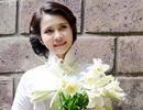 Nữ sinh Lào duyên dáng bên loa kèn cuối mùa