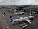 Máy bay chở gần 150 hành khách sụt xuống hố ngay khi đáp xuống sân bay