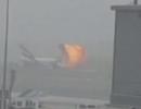 Khoảnh khắc máy bay Emirates phát nổ thành cầu lửa sau khi hạ cánh khẩn cấp