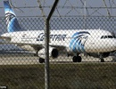 Khoảnh khắc máy bay Ai Cập hạ cánh sau khi bị không tặc khống chế