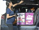 Mila Kunis bế bụng bầu đi mua sắm