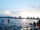 Lexus biển xanh 5,7 tỷ và hình ảnh người dân vật lộn với nắng nóng