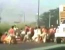 Khủng hoảng kinh tế: Người dân Venezuela chặn xe tải bắt gà vì đói