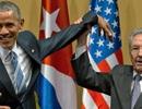 """Nhà Trắng lý giải cái bắt tay """"kỳ lạ"""" của Tổng thống Obama và Chủ tịch Castro"""