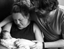 Cảm động giây phút bố mẹ chia tay em bé chỉ sống được một giờ sau sinh