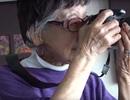 """Nữ nhiếp ảnh gia 102 tuổi ngồi xe lăn vẫn miệt mài """"săn ảnh"""""""