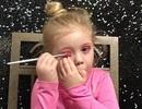 Bé gái 5 tuổi có clip trang điểm thu hút hàng nghìn lượt xem