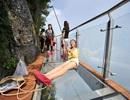 Rùng mình đi trên cây cầu kính cao 1.400 mét